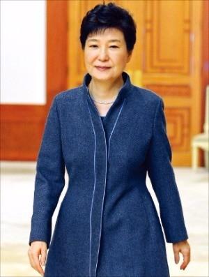 박근혜 대통령이 18일 청와대에서 열린 신임 정무직 공직자 임명장 수여식에 참석하기 위해 행사장으로 향하고 있다.