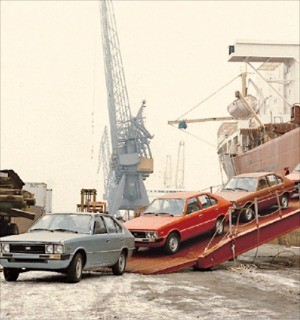 < 40년 전 포니 > 현대자동차가 1976년 처음 수출한 포니가 에콰도르 항구에 내리고 있다. 현대차 제공