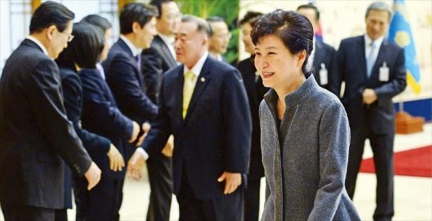 < 8일 만에 공식석상에 > 박근혜 대통령이 18일 청와대에서 정무직 공직자들에게 임명장을 준 뒤 행사장을 떠나고 있다. 박 대통령이 공식석상에 나온 것은 8일 만이다. 강은구 기자 egkang@hankyung.com