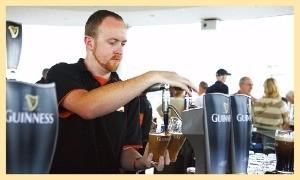 기네스 맥주를 따르는 바텐더.