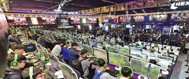 지난 20일 폐막한 국제게임전시회 '지스타 2016' 행사장에 마련된 넥슨 전시관에서 관람객들이 신작 게임을 체험하고 있다. 넥슨 제공