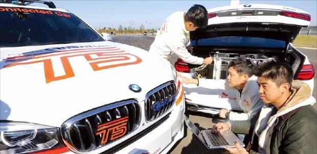 SK텔레콤 연구원들이 지난 15일 영종도 BMW 드라이빙센터 트랙에서 5G 시험망과 커넥티드카 성능을 점검하고 있다. SK텔레콤 제공