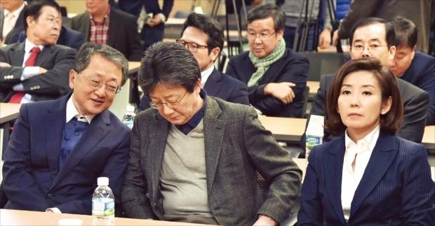 새누리당 나경원(앞줄 오른쪽부터) 유승민 김재경 의원이 20일 국회 의원회관에서 열린 비상시국위원회에 참석했다. 신경훈 기자 khshin@hankyung.com