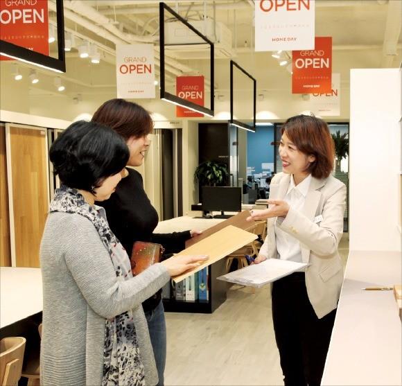 소비자들이 서울 양천구 목동의 '홈데이' 매장에서 인테리어 상담을 하고 있다. 김정은 기자
