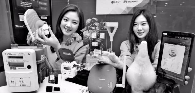 LG유플러스와 중국 화웨이가 21일 'NB-IoT(협대역 사물인터넷)' 기술개발 및 마케팅 협력 계획을 발표했다. 모델들이 NB-IoT 기술이 적용된 제품을 소개하고 있다. 신경훈 기자 khshin@hankyung.com