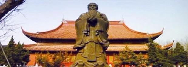 공자의 고향이자 노나라 수도였던 취부시에 있는 공자의 사당(공묘). 공묘는 중국 전역에 수천 개 있지만 이곳은 기원전 478년에 세워진 최초의 공묘다.