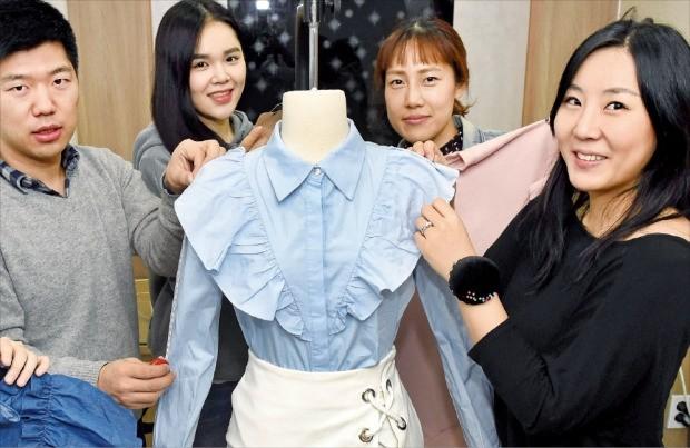 """온라인 의류 쇼핑몰 '스토레츠'를 운영하는 김보용 재이 대표(맨 오른쪽)는 """"개성 강한 소비자를 만족시킬 수 있도록 직접 디자인한 옷의 비중을 늘리고 있다""""고 말했다. 김영우 기자 youngwoo@hankyung.com"""