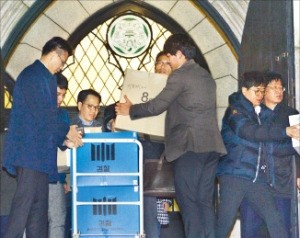 검찰 수사관들이 22일 이화여대 총장실에서 압수한 물품을 들고 나오고 있다. 연합뉴스