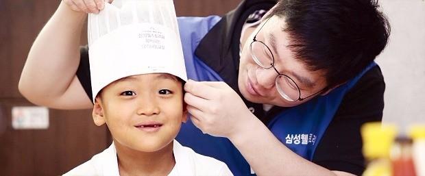 < 2016년 삼성 자원봉사 사진공모전 수상작-최우수상 > 삼성웰스토리/김현지/요리의 시작은 조리모 쓰기부터