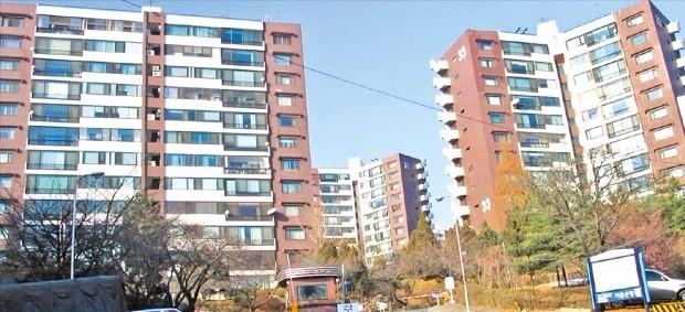 단지 내 일부 가구가 주택 리모델링 조합을 설립하고 증축 리모델링 사업을 추진 중인 서울 광장동 워커힐 아파트. 한경DB