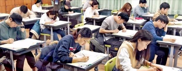 37회 테샛시험이 지난 19일 전국 12개 고사장에서 치러졌다. 서울 진선여중 에서 수험생들이 시험을 치르고 있다. 허문찬 기자 sweat@hankyung.com