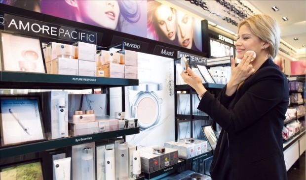 미국 최대 화장품 매장인 세포라를 찾은 소비자가 아모레퍼시픽 쿠션을 사용해보고 있다.