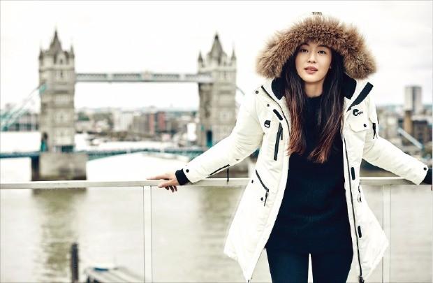 네파 모델인 배우 전지현 씨가 알라스카 다운재킷을 입고 화보 촬영을 하고 있다.