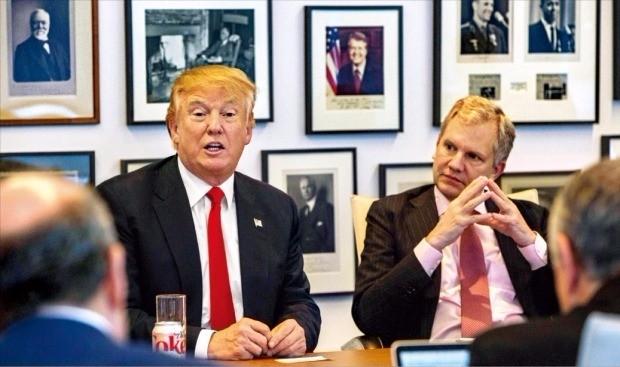 < '앙숙' NYT 찾은 트럼프 > 도널드 트럼프 미국 대통령 당선자(왼쪽)가 22일(현지시간) 선거기간 내내 갈등을 빚은 뉴욕타임스 본사를 찾아 아서 설즈버거 주니어 뉴욕타임스 발행인(오른쪽) 및 편집국 기자들과 만났다. 트럼프 당선자는 이날 회동에서 대선 경쟁자였던 힐러리 클린턴 전 국무장관의 '이메일 스캔들'과 클린턴재단 등에 관해 취임 후 수사를 지시하지 않겠다고 밝혔다. 뉴욕AP연합뉴스