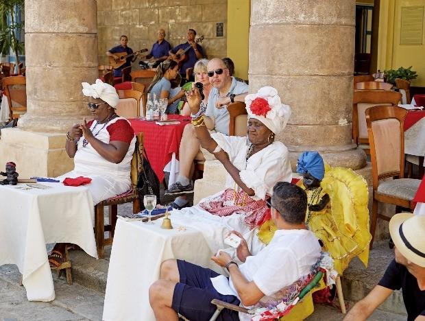 쿠바 아바나 구시가지. 산 크리스토발 데 아바나 대성당 광장에 있는 점술가들