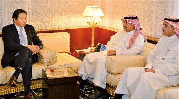 최태원 SK 회장(맨 왼쪽)이 지난 22일 사우디아라비아 수도 리야드에 있는 석유화학회사 사빅 본사에서 유세프 알벤얀 부회장(가운데) 등과 면담하고 있다. SK 제공