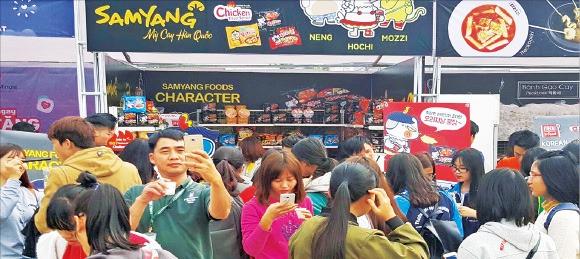 지난 13일 베트남 하노이에서 열린 '제8회 한·베 음식문화축제'가 열렸다. 불닭볶음면을 구매·시식하 려는 베트남 시민들이 삼양식품 부스 앞에 몰려 있다. 삼양식품