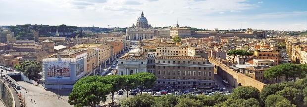 바티칸 시국의 전경. 멀리 성 베드로 성당이 보인다