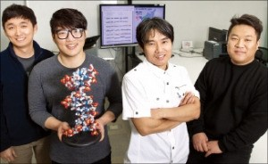한국인 표준 게놈지도를 만든 박종화 UNIST 교수(오른쪽 두 번째) 연구팀. 연합뉴스