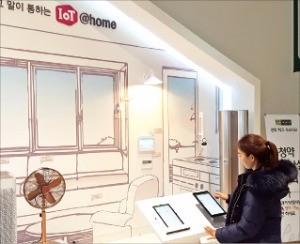 '연희 파크 푸르지오' 모델하우스에 마련된 '스마트 월패드' 체험존. 대우건설 제공