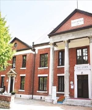 1928년에 지어진 구세군중앙회관. 좌우대칭의 안정된 외관이 잘 보존돼 있다.