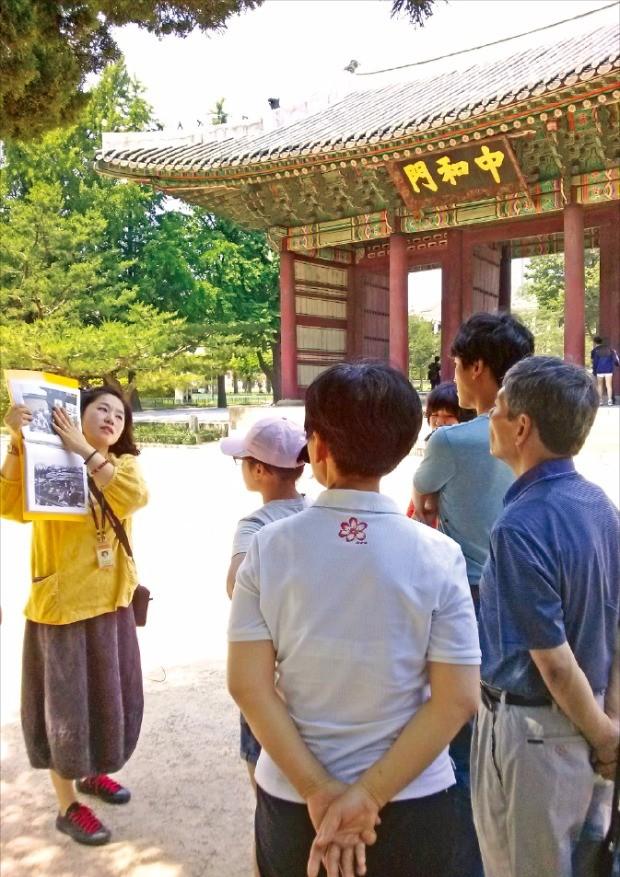 덕수궁 관람객들이 김우현 궁궐길라잡이의 설명을 듣고 있다.