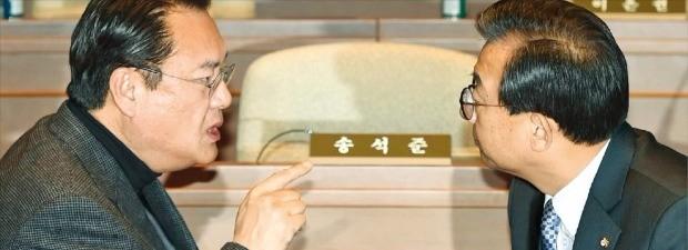새누리당 이정현 대표(오른쪽)와 정진석 원내대표가 25일 국회에서 열린 의원총회에서 박근혜 대통령 탄핵 등에 대해 얘기하고 있다. 김범준 기자 bjk07@hankyung.com
