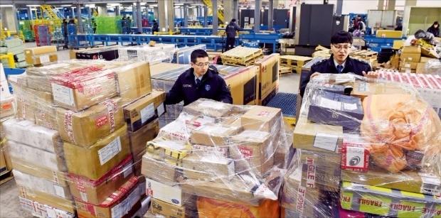 미국 최대 쇼핑 시즌인 블랙프라이데이 세일 행사가 시작된 25일 인천공항 인천본부세관 특송물류센터에서 직원들이 해외 직구 상품 통관작업을 하고 있다. 허문찬 기자 sweat@hankyung.com