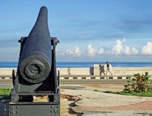 아바나의 명소 말레콘 해안의 대포