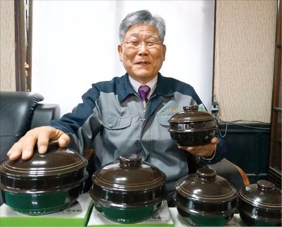 손완호 고려도토 대표가 '깨끗한 뚝배기' 제품을 설명하고 있다.