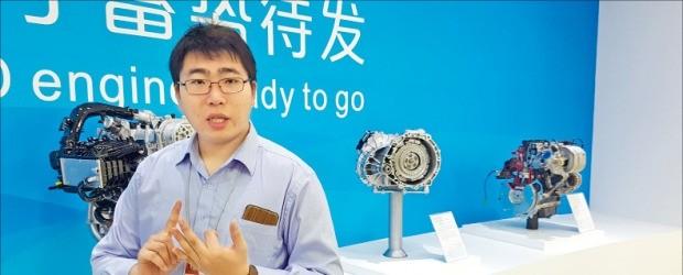 리쿠오 BYD 브랜드담당이 하이브리드 엔진과 전기차 모터 등을 설명하고 있다. 김현석 기자
