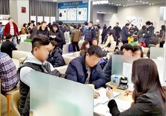 GS건설이 분양 중인 '목동파크자이' 모델하우스에서 고객들이 상담을 받고 있다. GS건설 제공