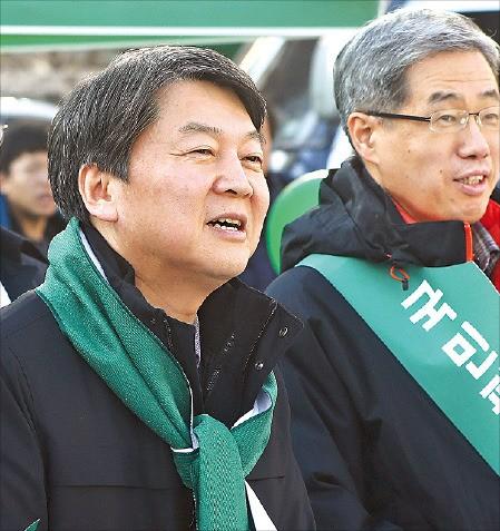안철수 전 국민의당 대표(왼쪽)가 28일 경기 성남시 야탑역 광장에서 박근혜 대통령 퇴진 서명운동을 벌이고 있다. 연합뉴스