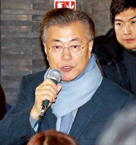 문재인 전 더불어민주당 대표가 28일 대전 궁동 충남대 인근 커피숍에서 학생들과 시국대화를 하고 있다. 연합뉴스