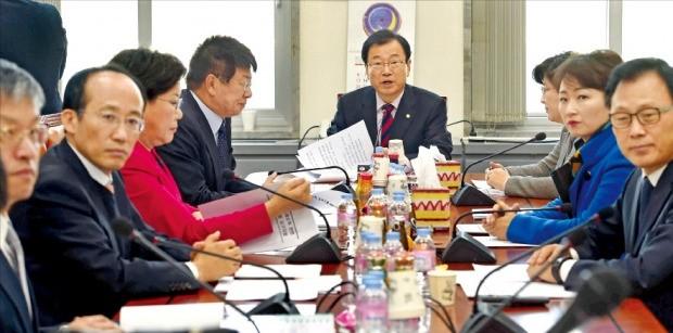이현재 조세소위원장(가운데)을 비롯해 국회 기획재정위원회 여야 소위 의원들이 28일 국회에서 법인세법을 심의하고 있다. 김범준 기자 bjk07@hankyung.com