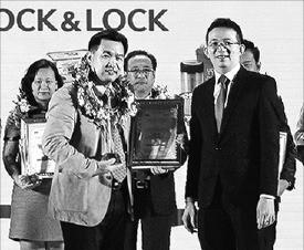 천해우 락앤락 베트남 법인장(앞줄 왼쪽)이 최근 호찌민에서 열린 시상식에서 관계자에게 상을 받고 있다. 락앤락 제공