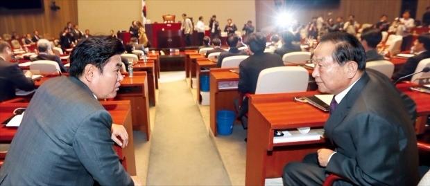 서청원 새누리당 의원(오른쪽)과 원유철 의원이 29일 국회에서 열린 의원총회에서 이야기하고 있다. 연합뉴스