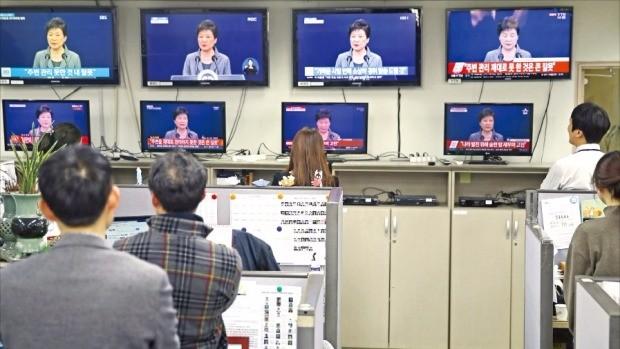 < 착잡 > 세종로 정부서울청사에서 근무하는 공무원들이 29일 오후 박근혜 대통령의 3차 대국민 담화를 지켜보고 있다. 연합뉴스