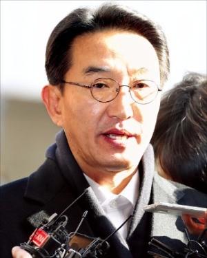 현기환 전 청와대 정무수석이 29일 검찰에 출석해 기자들의 질문에 답하고 있다. 연합뉴스
