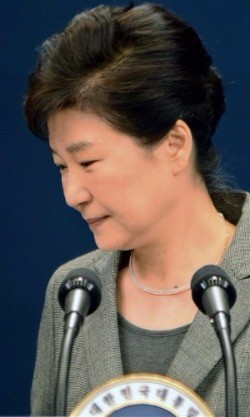 박근혜 대통령이 29일 청와대에서 3차 대국민담화를 발표한 뒤 회견장을 떠나고 있다. 강은구 기자 egkang@hankyung.com