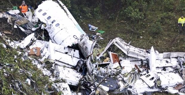 < 처참한 현장 > 콜롬비아 제2도시 메데인 외곽 산악지역에 비행기가 추락해 28일(현지시간) 구조대원이 잔해를 살펴보고 있다. 메데인AP연합뉴스