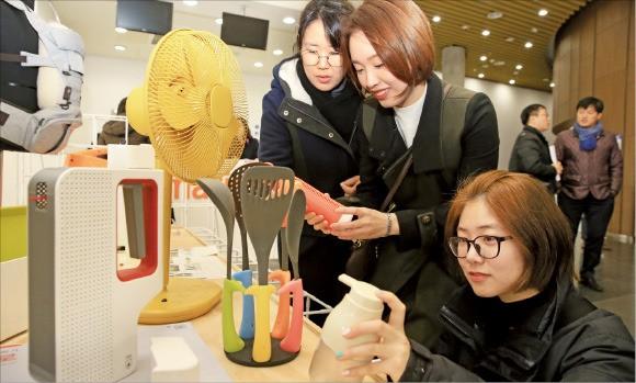서울 방이동 올림픽공원 K아트홀에서 30일 열린 '2016 대한민국디자인대상'에서 관람객들이 전시된 제품을 살펴보고 있다. 한국디자인진흥원 제공