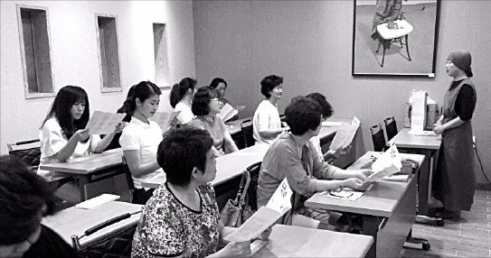 대구 달구벌신협의 '아트센터 달' 강의실에서 조합원들이 공예수업을 듣고 있다. 달구벌신협 제공