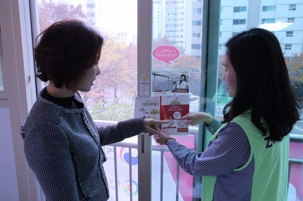 아파트 주민이 LG하우시스 직원(오른쪽)으로부터 그린리모델링 활용 방법을 듣고 있다.