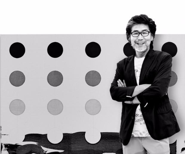 김용익 화백이 서울 소격동 국제갤러리에 전시된 자신의 작품 '얇게… 더 얇게…'를 설명하고 있다.