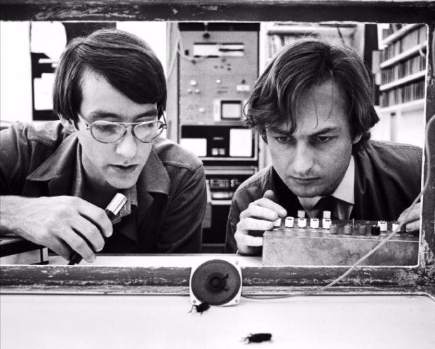 리처드 도킨스(오른쪽)와 테드 버크가 마이크와 '도킨스 오르간'으로 귀뚜라미의 행동을 기록하고 있다. 김영사 제공