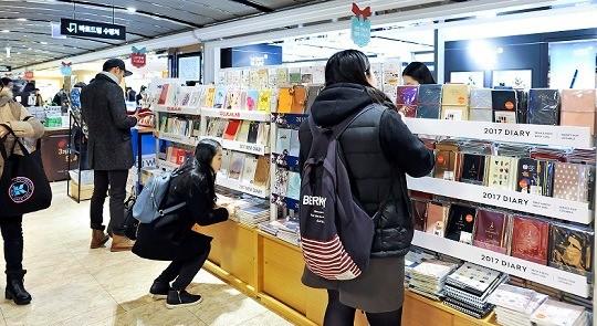 교보문고 광화문점에서 손님들이 다이어리를 고르고 있다. 서범세 한국경제매거진 기자