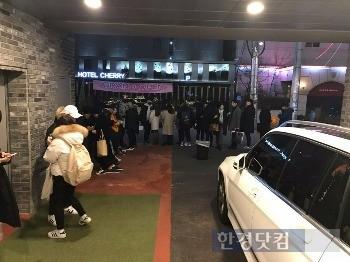 지난 연말 서울 송파구 방이동 HOTEL여기어때 잠실점 앞엔 숙박을 위해 사람들이 줄을 서는 진풍경이 연출됐다. / 사진=위드이노베이션 제공