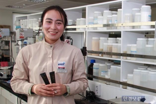 고은아 한국콜마 기초화장품연구소 기반연구팀 팀장이 개발에 참여한 'A.H.C 프라이빗 리얼 아이크림 포 페이스'를 연구실에서 소개하고 있다.(사진=한국콜마 제공)