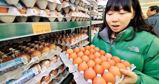 국내 대형마트들이 23일부터 미국산 계란을 본격적으로 판매한다. 롯데마트는 미국산 계란을 30구짜리 한판에 8490원에 판매하기로 했다. 한경DB 자료사진.